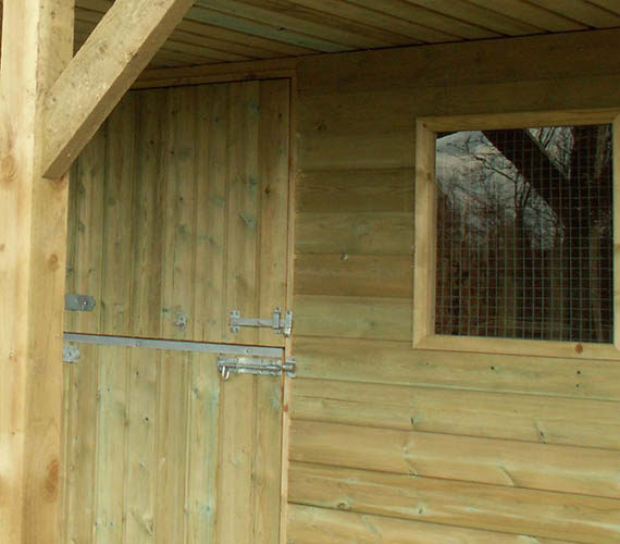 Fixed stable block with roof supports